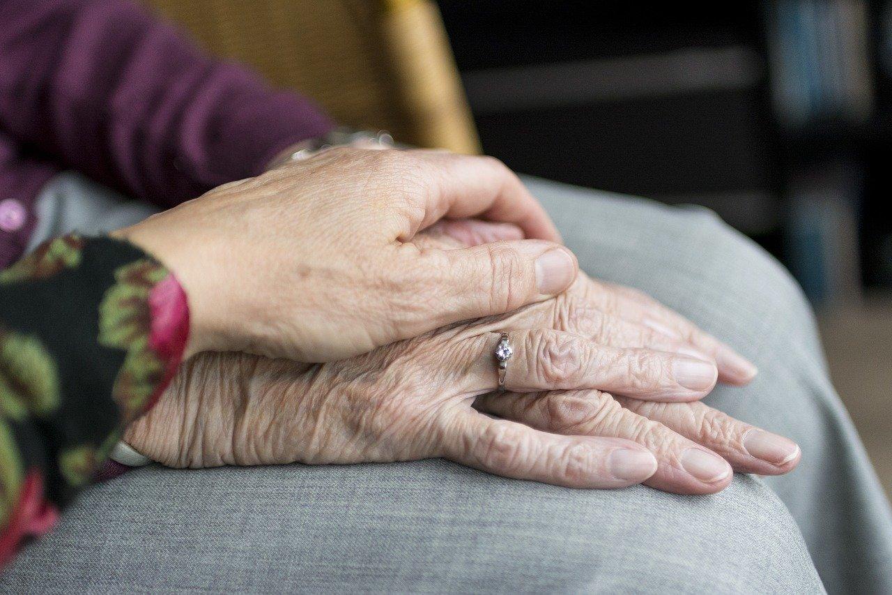 майка дъщеря ръка